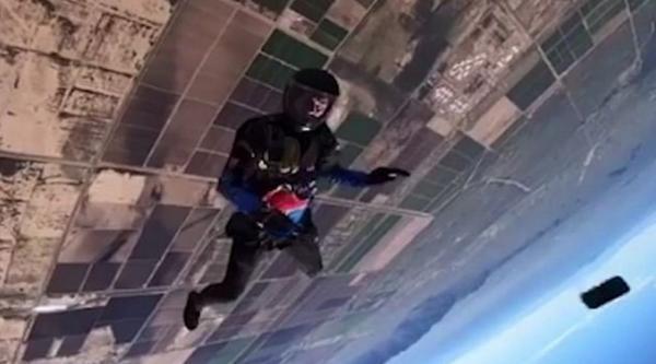 Парень прыгнул с парашютом и его айфон вместе с ним. Думаете, последнему пришёл конец? Да, но не сразу