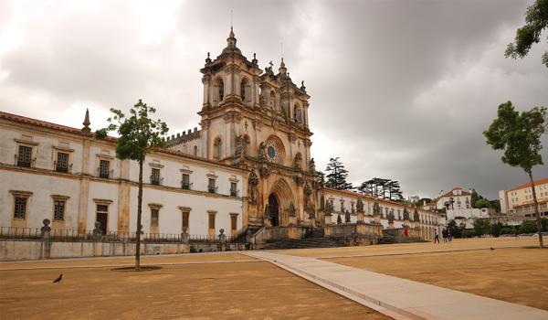 Люди увидели дверь в монастырь Португалии и хотят такую в России