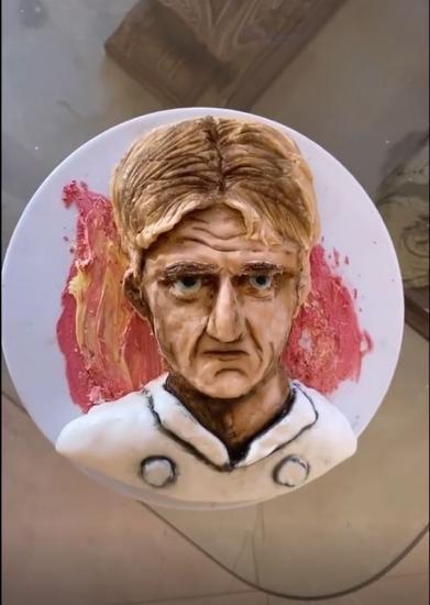 Гордон Рамзи прожарил фанатку, которая сделала торт с его лицом. Зря: люди уверены, они как две капли воды