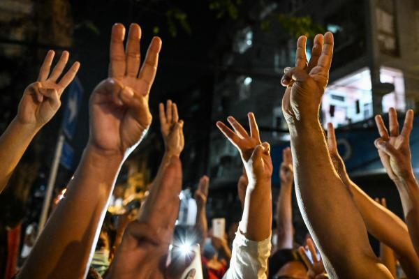 Протестующие в Мьянме используют особый жест. Это приветствие из «Голодных игр» и символ сопротивления