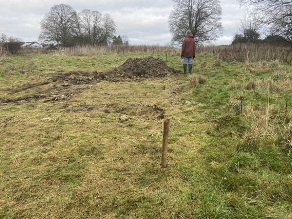 Могильщики пытались выкопать яму идеальной формы но зашли слишком далеко. Ногами на нетронутую человеком землю