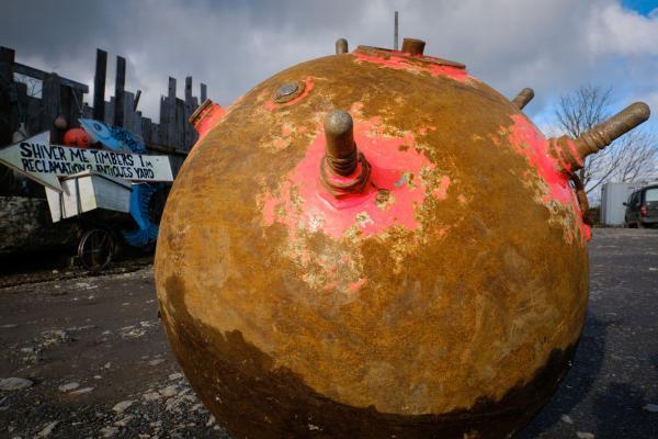 Владелец завода нашёл на берегу круглый камень яркой раскраски. Сапёр, увидев эту красоту, схватится за сердце