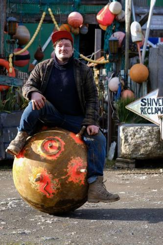 Предприниматель нашёл на берегу круглый камень яркой раскраски. Сапёр, увидев эту красоту, схватится за сердце
