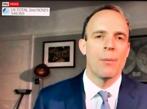 Политик дал интервью по видеозвонку, а зрителям не по себе. Дверная ручка показала - ему кто-то угрожает