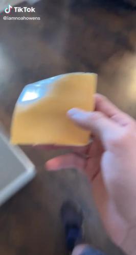 Отец разыграл младенца, кинув ему на лицо сыр. Это попытка в тикток-тренд, но мужчине уже запрещают быть папой