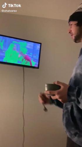 Парень показал, как чинить барахлящий телевизор. Один удар вилкой — и телек, как новенький (но с дырками)