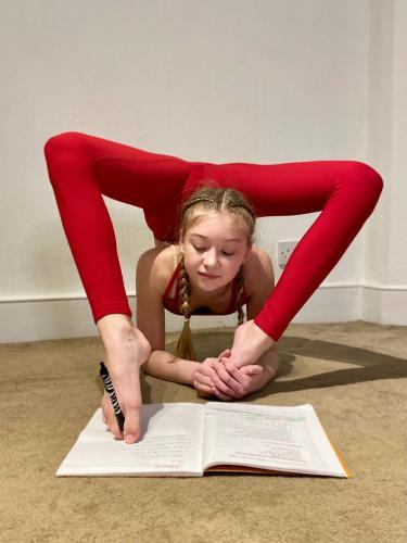 Школьница делает математику ногами, и это не издевательства физрука. В тетради она пишет с мечтательным видом