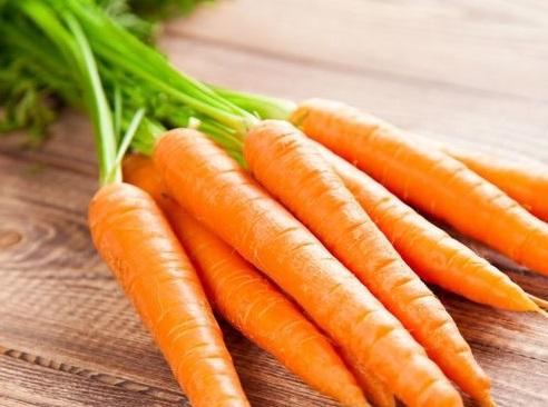 Огородник показал свой урожай, и к моркови появились вопросы. Главный из них - почему она фиолетового цвета