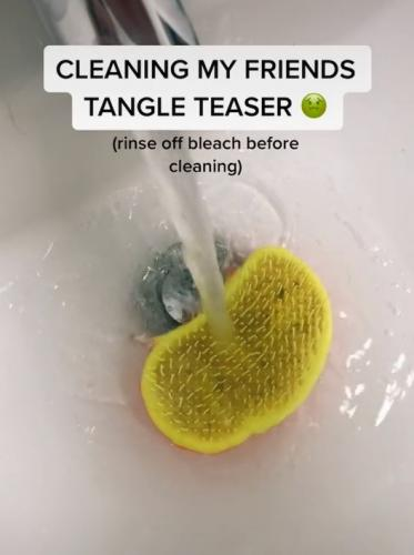 Блогерша 3 года пользовалась расчёской и случайно увидела, что внутри. После этого захочется помыть её с мылом