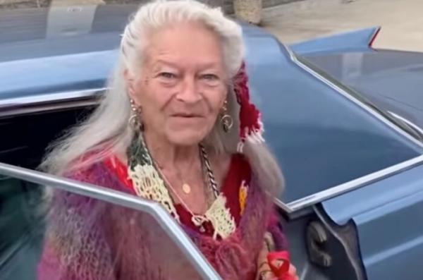 Соседи считали старушку чудачкой, пока не увидели её дом. Узнав о сокровищах богачки, они поняли, как ошиблись