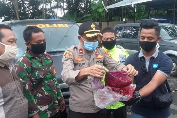 По улицам поселения в Индонезии бегут кровавые реки, но криминал тут не при чём. Однако, вив