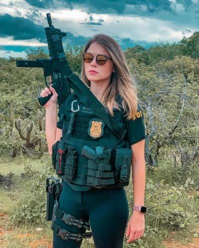 Полицейская борется с преступностью, но сама не без греха. Она похищает сердца, и против этого нет оружия
