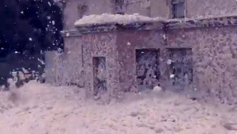 Деревню покрыло толстым слоем снега, но не стоит верить глазам. Белая пелена упала на дома совсем не с неба