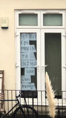 Хозяин квартиры увидел в окне соседки напротив странные знаки. Расшифровав их, он оказался на пороге отношений