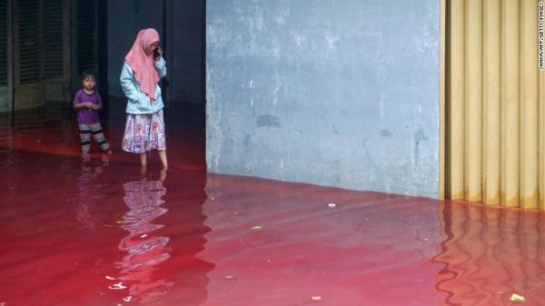 По улицам поселения в Индонезии бегут кровавые реки, но криминал тут не при чём. Однако, виновный всё же есть