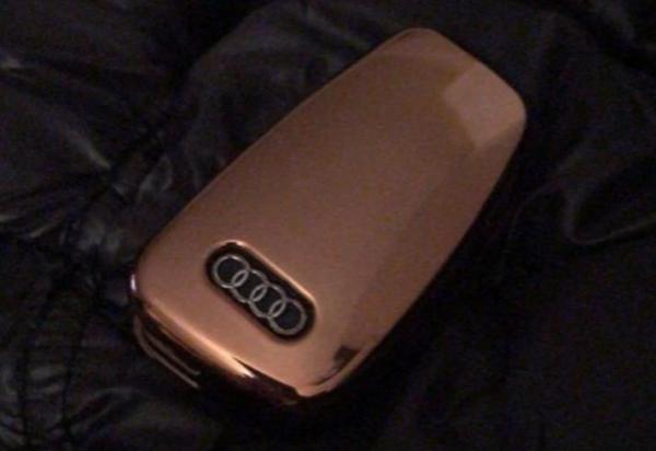 Жена нашла ключи от машины в кармане подаренного пальто. Вот только вещь не новая, а авто муж не покупал