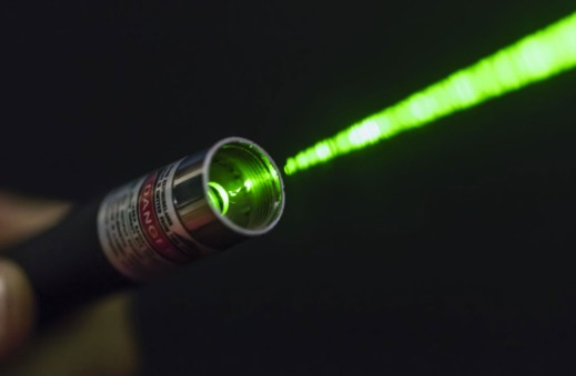 Ученица направила лазер на доску, но такого плот-твиста не ожидала. Секунда - и здание школы уже оцеплено