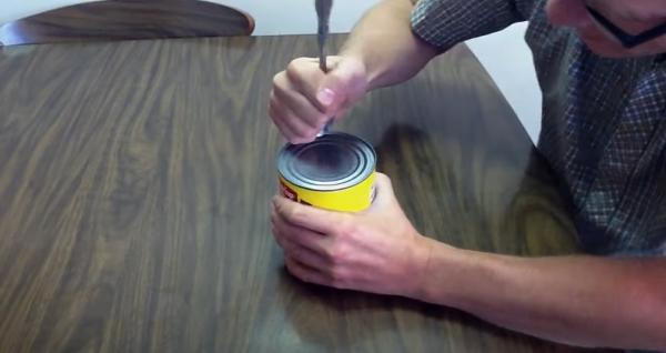 Как легко вскрыть консервную банку ложкой. Парень показал, и после лайфхака вы отправите открывашки в мусорку