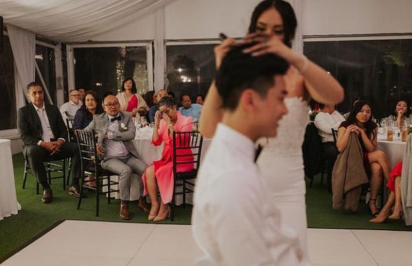 Жених побрил невесту налысо на глазах её матери, но ему всё сошло с рук. Ведь он сделал это из любви к тёще