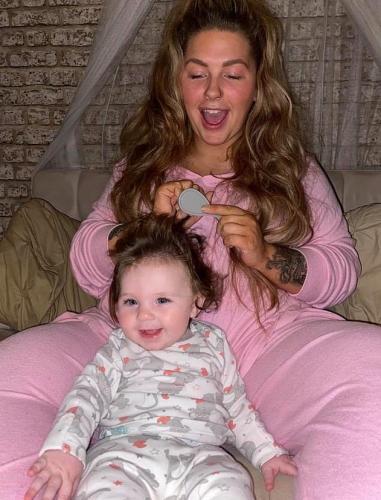 Мама увидела дочь и засомневалась: это не её дитя. Волосами кроха пошла не в человека, а в героиню из сказки