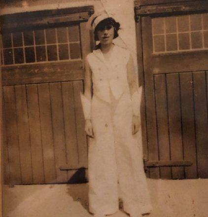 Бабуля всю жизнь мечтала быть певицей и стала. Правда, ей пришлось ждать 110 лет, чтобы осуществить свою мечту