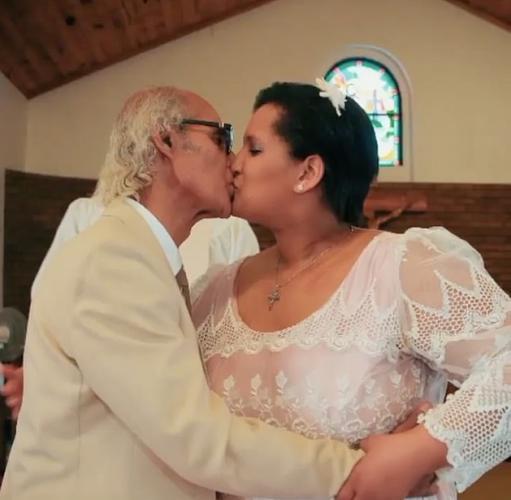 Влюблённая пара удивляет знакомых, поражая весомой разницей в возрасте. Ещё бы: между ними пропасть в полвека