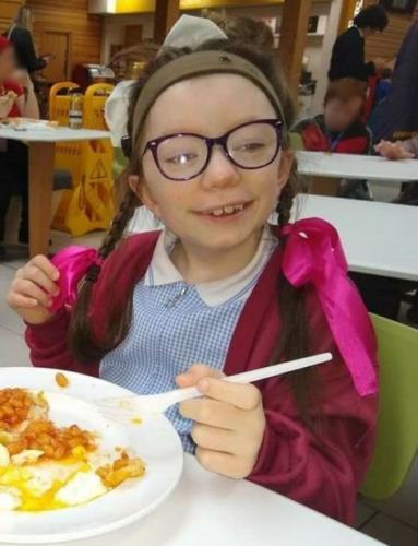 «Алфи перегрел вафли, я слышу запах», — сказала глухая девочка. Она спасла семью от пожара, услышав тревогу