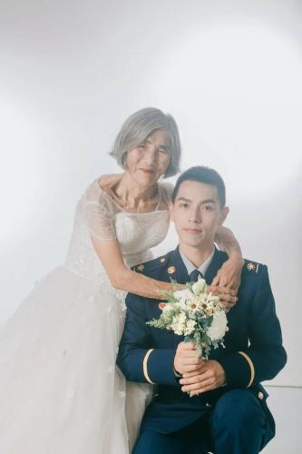 На фото - свадьба 24-летнего жениха и 85-летней невесты, но осудить их трудно. История за кадром белее платья бабули