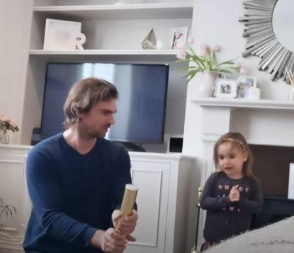 «Вы готовы?» — спрашивает отец за секунду до паники жены и дочери. Милое видео превратилось в сцену из хоррора