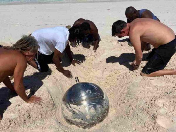 Женщина нашла на пляже объект из далёкого космоса, но пришельцы здесь ни причём. В деле замешаны русские