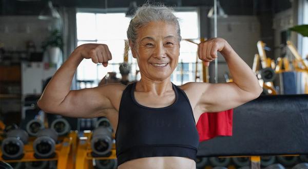 Пенсионерке 70 лет, и она крушит стереотипы о старости. Ещё бы - её фигура доводит до зелёной зависти молодых