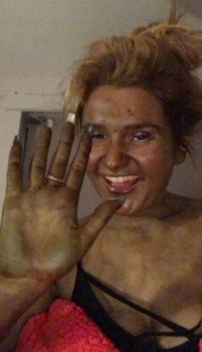 Студентка хотела поэкспериментировать над цветом кожи, но перестаралась. Зелёный костюм жены Шрека не снять