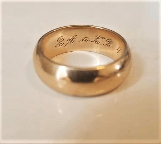 Садовница копалась в земле, и на её палец скользнуло кольцо. В Голлума не превратилась, но приключения позвали