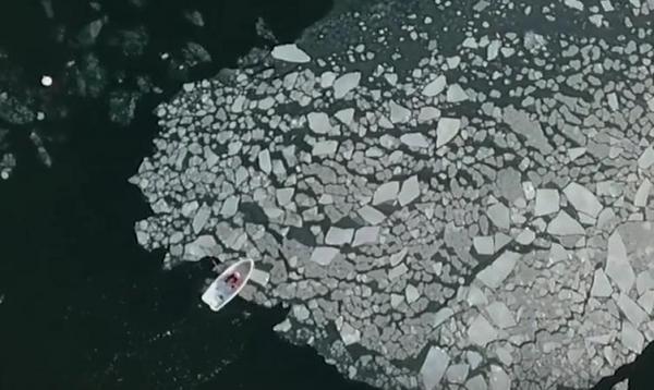 Айтишник ломает стереотипы и лёд, демонстрируя чудеса человеческой силы. Ещё бы: иначе на севере не прожить
