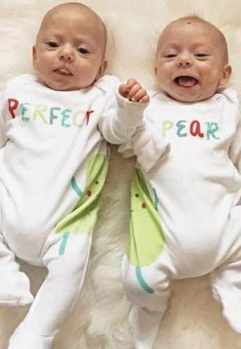 Врачи не верили в то, что мама родила близнецов в разное время. Но она не может отличить их друг от друга