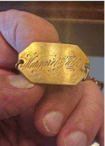 Любительнице старины попался потускневший браслет с еле видной надписью.