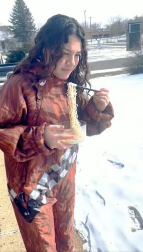 Как превратить лапшу в мороженное: есть её при -59 градусов. Обед девушки превратился в видео-фиаско