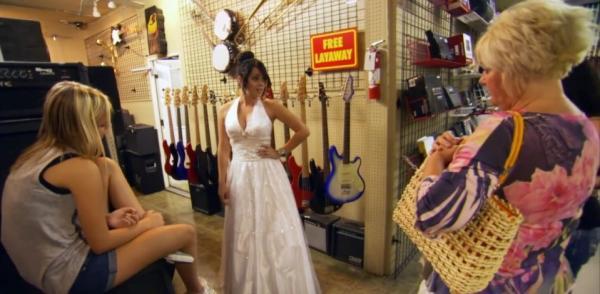 Дочь разрешила маме организовать свою свадьбу, забыв о её жадности. Реакция невесты и гостей на итог -
