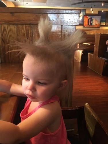 """Родители попытались расчесать дочку и сломали расчёски. Пришлось Док из """"Назад в будущее"""""""