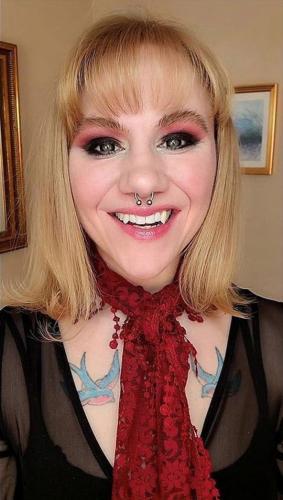 Бодибилдерша открыла в себе вампира, и это видно.