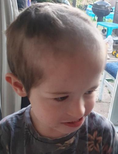 """Сын дождался ухода родителей из ванной и схватился за машинку. Название его новой причёски: """"Мамина истерика"""""""