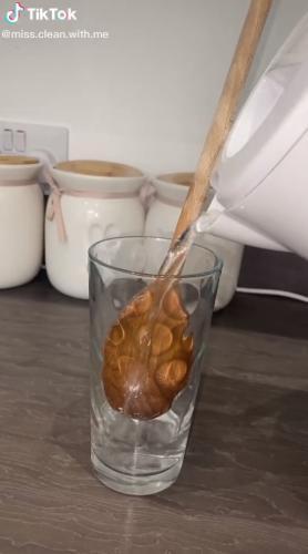 Блогерша замочила чистую деревянную ложку в стакане и лишила людей аппетита. Ведь она приготовила суп из грязи