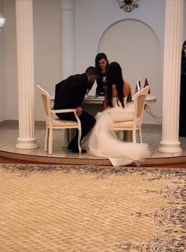 Жених поправил шлейф платья невесты, и девушки советуют уже подавать на развод. В жесте парня они