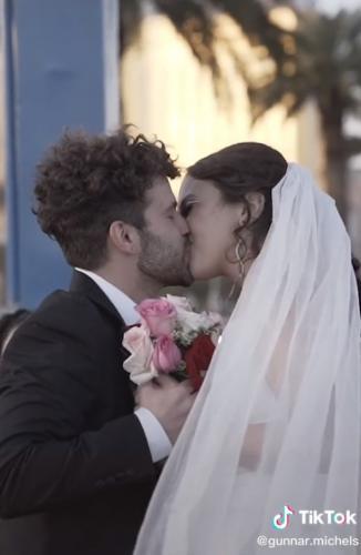 Парень женился на незнакомке и устроил своё тв-шоу. Ведь теперь миллионы следят, как пара строит свою любовь