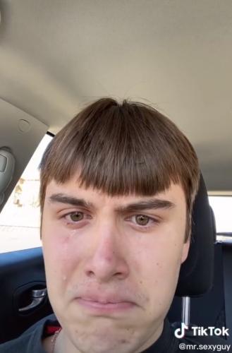 Блогер решил постричься, но результат заставил его плакать. Зато люди уверены: его мама будет в восторге