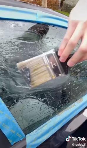 Парень показал, как затонировать окна авто с помощью подручных средств. Лайфхак рабочий, но