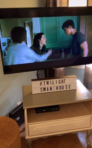 """Поклонница смотрела фильм """"Сумерки"""" и сломала людей. Ведь она показала, что живёт в том самом доме Беллы"""