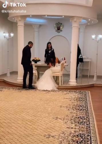 Жених поправил шлейф платья невесты, и девушки советуют уже подавать на развод. Ведь в жесте парня они