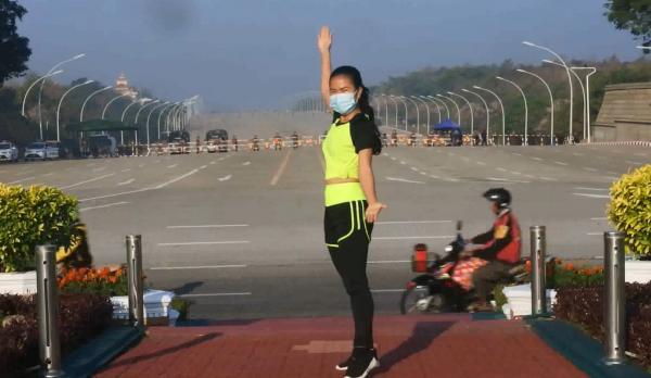 Девушка из Мьянмы записывала на видео аэробику, а получился боевик. Ведь она засняла начало революции в стране