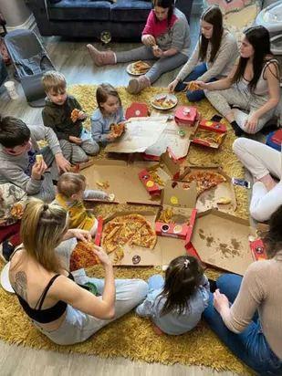 Вечный детский сад — так можно описать жизнь семьи. У них 22 ребёнка и родители, кажется, уже готовы ко всему
